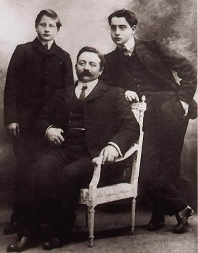Alfred Agostinelli con il padre e il fratello Émile nel 1914 in una foto di Nadar,  Alfred è quello a destra, appoggiato alla spalliera della sedia